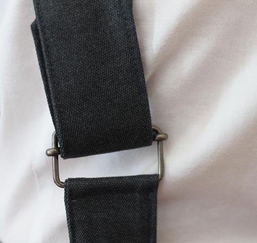 Les bretelles du pantalon sont réglables au dos
