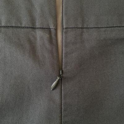 Fermeture invisible dans le dos du pantalon - Féminin et discret
