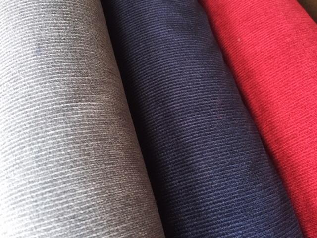 Trois couleurs de velours côtelé - Gris souris, bleu marine et rouge framboise