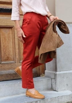 Une idée de tenue pour une rentrée colorée avec ce pantalon femme rouge en coton