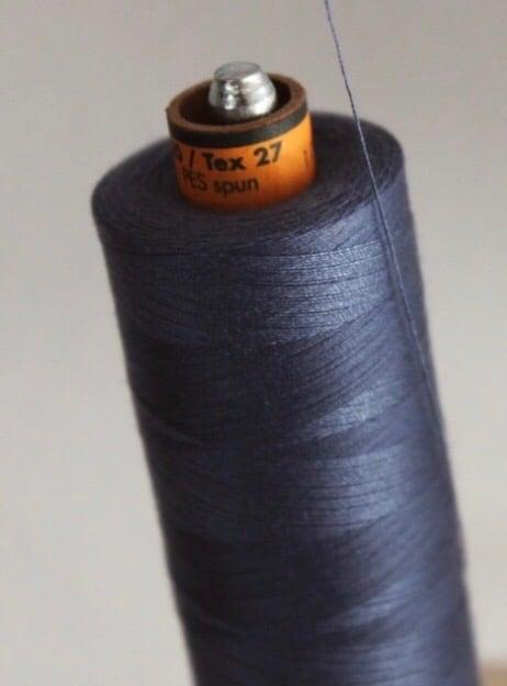 Bobine de fil bleu pour fabriquer le pantalon en France - C.Bergamia