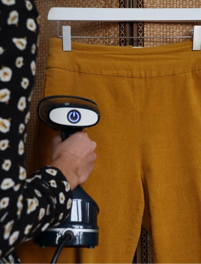 Entretenir son pantalon en velours en utilisant un steamer